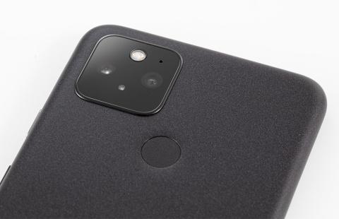 背面に、超広角レンズと広角レンズを使ったカメラを搭載する。斜め下にある丸い部分は指紋センサー
