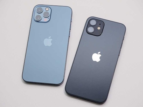 iPhone 12シリーズから先行発売されたiPhone 12 Pro(左)とiPhone 12(右)
