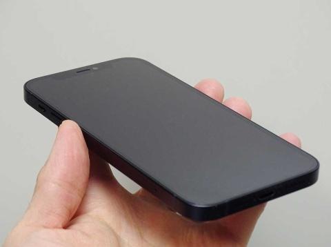 米コーニングとアップルが共同開発した「Ceramic Shield」をフロントパネルに採用している
