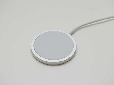 MagSafeワイヤレス充電器。iPhone 12シリーズの背面にマグネットで吸い付き、しっかり固定される