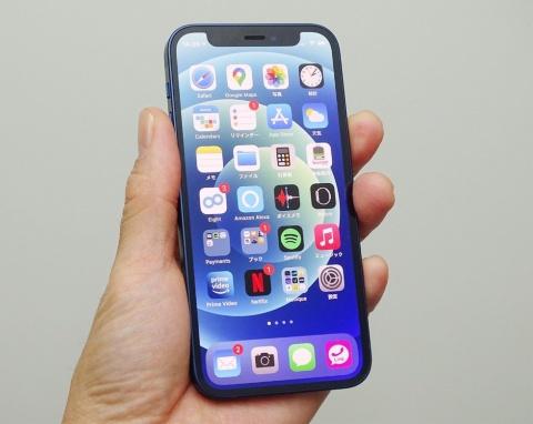 片手で持ちながら快適に操作できるサイズを実現した「iPhone 12 mini」