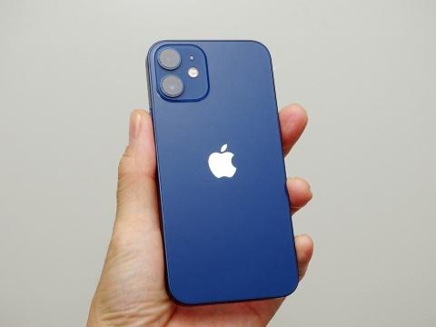 背面にiPhone 12と同じデュアルレンズカメラを搭載する