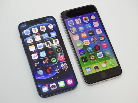 右は4.7インチの第2世代iPhone SE。上下に広いぶん本体が縦長だ
