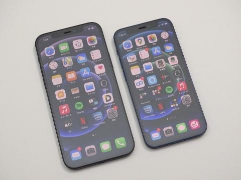 左は6.1インチディスプレーのiPhone 12。右がiPhone 12 mini