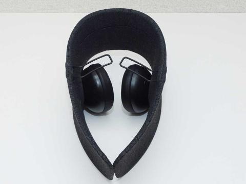 ユーザーの左右方向の視界を遮るパーティションと、ノイズキャンセリング機能を搭載するワイヤレスヘッドホンを一体化