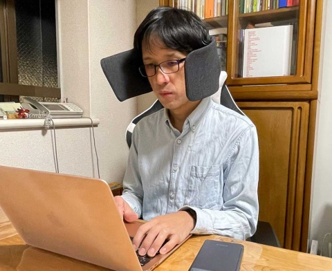 ユーザーの正面方向は視界が開けているので、パソコン画面やビデオカンファレンスの映像は問題なく見られる