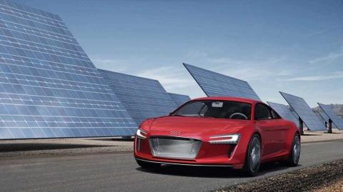 2009年に発表されたコンセプトモデルの「e-tron」。4基のモーターでアウディの代名詞である4WDを実現したスポーツカーだった
