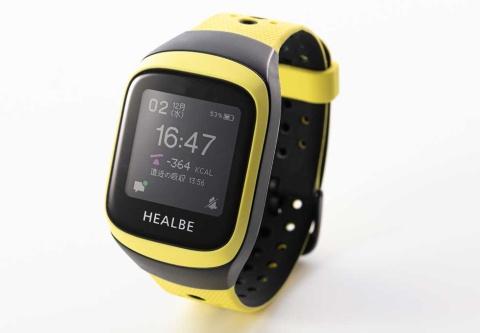 米HEALBEの活動量計「GoBe3」。摂取カロリーや水分バランスを測定できるのが特徴だ