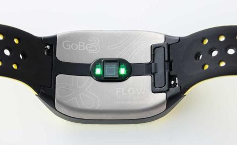 肌に接触する部分はチタンコーティングされている。中央にあるのは光学式脈拍センサー