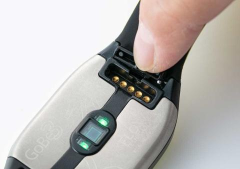 充電は背面の端子に付属の充電用ケーブルを取り付けて行う。気になったのは駆動時間が短いことで、ほぼ毎日充電が必要だった
