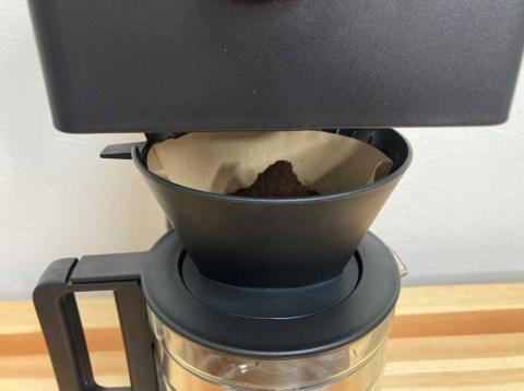 本体とドリッパーの間には約2センチのすき間が空いており、コーヒーが挽かれる様子が見える