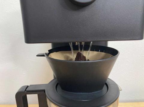 まずは山型になったコーヒー粉を崩していく