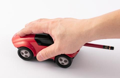 車をわしづかみにして前後に動かすと、鉛筆が削れる