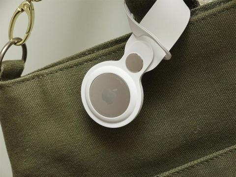 アップル純正のAirTagループを使ってバッグに装着