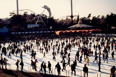 季節感を味わえるのも西武園ゆうえんちの魅力。88年にはアイススケートリンクが開かれた