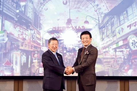 リニューアル発表会で固く手を取り合った、西武ホールディングス社長の後藤高志氏と「刀」CEOの森岡毅氏