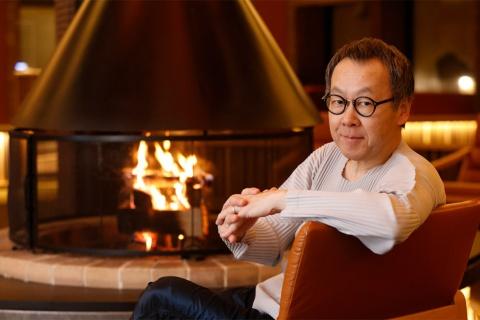 星野リゾート代表の星野佳路氏。「星野リゾート リゾナーレ トマム」の暖炉の前にて
