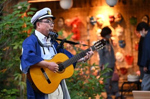 『神田川』を歌う「流しのぶんちゃん(3代目)」。普段は別府のネオン街を拠点に「はっちゃん・ぶんちゃん」のコンビで活躍し、流し文化を継承している