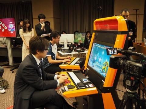 NTTe-Sports発足の発表会には、対戦格闘ゲームで活躍するプロeスポーツプレーヤーのネモ選手、タレントの倉持由香さんがゲストとして登場し、影澤氏と対戦するデモンストレーションも