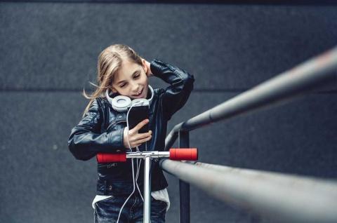 「Z世代」と呼ばれる世代は諸説あるが、ここでは1996~2010年生まれとする。その前のミレニアル世代とも異なる価値観や志向を持つ(写真はイメージです)(写真/Shutterstock)