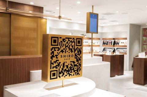 「SHIRO SELF」の入り口にある、この店の象徴とも言えるQRコードのサイン。実際に使うことができ、スマホで読み込むとショップのWebサイトが開く