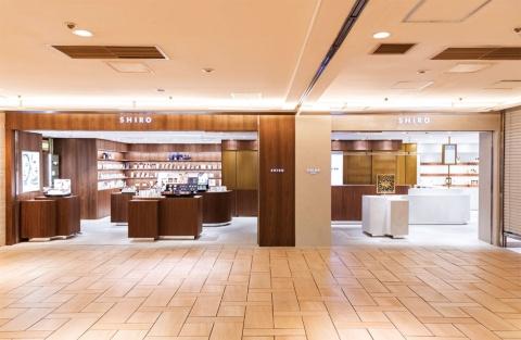 「SHIRO」ルミネエスト新宿店は2020年3月4日にオープン。左は販売員が対面で商品の説明や提案などの接客をする従来型店舗「シロ(SHIRO)」。右は販売員による接客をせず、スマートフォンで商品説明を受けるデジタル接客の「シロ セルフ(SHIRO SELF)」(4月8日から休業中)