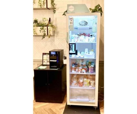 600が展開している無人コンビニ。幅60×奥行き55×高さ175cmと、自動販売機ほどの大きさの冷蔵ケースをオフィスやマンションの共有スペースに設置する。主要メーカーの飲料や菓子に加え、文房具や日用品など最大600品目を収納できる