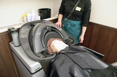 チョキペタに導入されたシャンプーロボット。ロボットが洗髪することでスタッフの負担を軽減するとともに、省人化を実現している