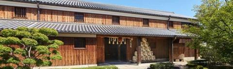 創業1717年の老舗酒蔵「沢の鶴」。沢の鶴資料館は江戸時代末期に建てられた木造の蔵を再利用している