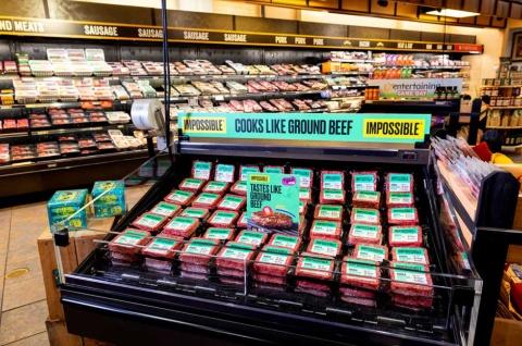 米植物肉大手のインポッシブルフーズは、20年3月に約5億ドル(約537億円)の資金調達を行い、需要急増に対応してカリフォルニアやネバダ州などのスーパーマーケットなどの展開を強化。また、1月に開催された「CES 2020」で発表した植物性の豚肉代替品「インポッシブルポーク」やソーセージの開発を急ぐ。写真は米スーパーマーケットチェーンのWegmansの店頭(写真提供:インポッシブルフーズ)