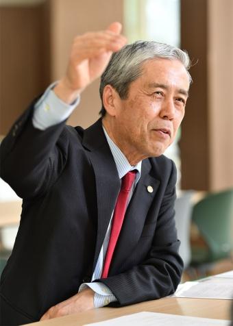 田畑 修氏。京都先端科学大学工学部長。名古屋工業大学大学院修了後、1981年にトヨタグループの豊田中央研究所に入社。同大学院社会人博士課程で博士号を取得し、96年に立命館大学理工学部助教授となり大学教員の道へ。2003年、京都大学大学院工学研究科教授に就任。19年、同大学を早期退職し、現職。ドイツやスイス、中国で大学客員教授を務め、エジプト日本科学技術大学の設置に関わるなど、多彩な経歴を持つ。専門分野はナノ構造科学、マイクロ・ナノデバイス、計測工学