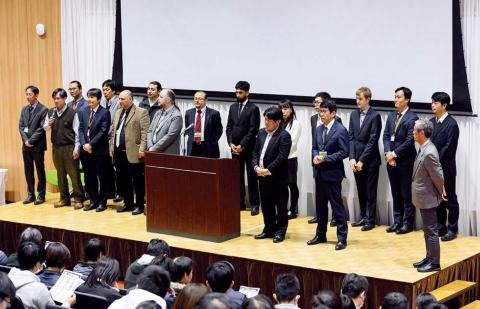 新設工学部の教員採用には、国際公募を実施した。教員の3分の1が外国人で、非常に国際色豊かな組織になっている。教員の年齢層も比較的若い