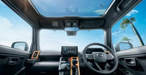 固定式ガラスルーフ「スカイフィールトップ」による開放感は、運転席や助手席でも感じられる