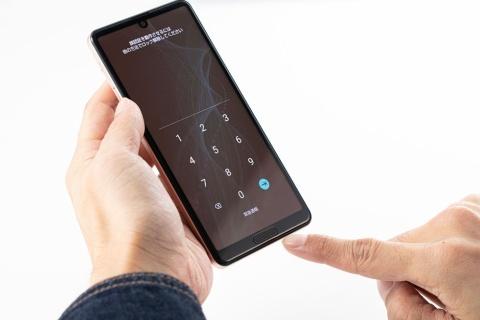 ホームボタンを兼ねた指紋センサーを搭載(写真は最新のAQUOS sense4)