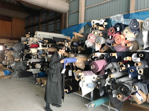 機屋の倉庫に保管されている布地のデッドストック(写真提供/D&DEPARTMENT)