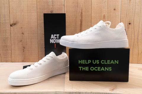 海洋プラスチックを再生した素材で作った「ECOALF(エコアルフ)」の「ELIOT ニッティング スニーカー」(1万4300円、税込み、以下同)。「HELP US CLEAN THE OCEANS」のメッセージが添えられている
