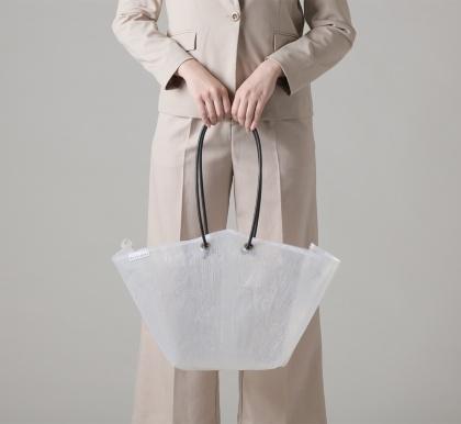 「トートバッグ ラージ」(1万3000円、税別、以下同)。定番カラーのホワイトとクリアのほか、色や柄付きのものもあるが、素材の性質上ほとんどが1点モノ