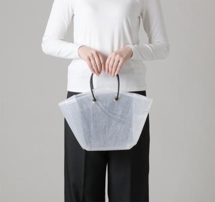 「トートバッグ スモール」(1万円)。現時点ではカラーはホワイトとクリアのみ