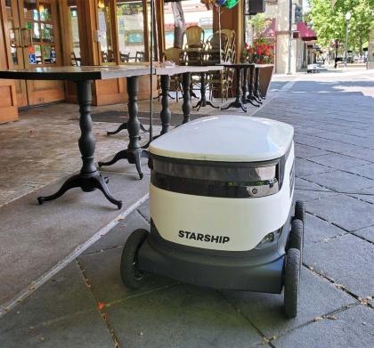 マウンテンビュー市中心部のダウンタウンをデリバリーロボットが行き来する