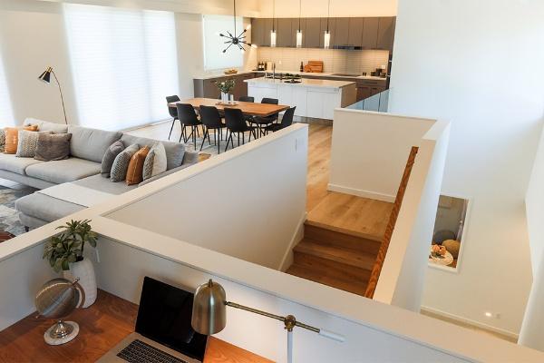 2階の仕事スペースからリビングやキッチン、子供用のプレールームを確認できる。1階に見えるのがプレールーム(写真/HOMMA提供)