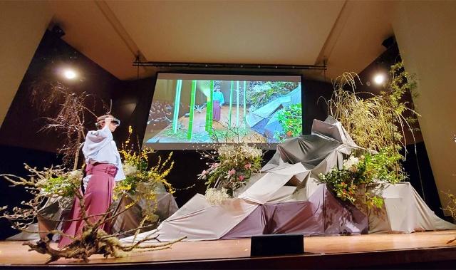 小原流家元の小原氏はMRを活用した、新たな生け花を見せた