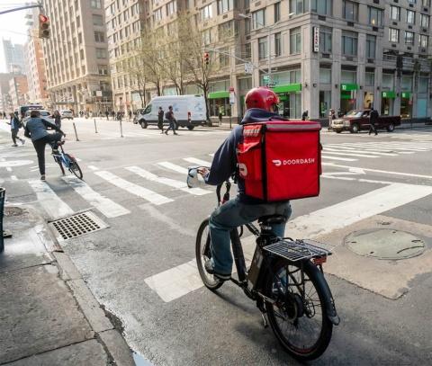 フード・デリバリー・サービスの米ドアダッシュは、コロナ騒動の時期に、手数料を期間限定ながら半額以下に値下げしたり、レストランが「デリバリー営業をしている」ことを告知する費用を補助したりする施策を実施。レストランと消費者からの信頼感と業績の両方を向上させた(写真/Shutterstock)