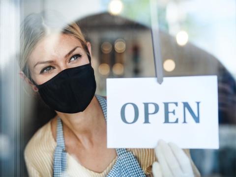 新型コロナウイルスの感染拡大という危機に直面し、事業機会を失って痛手を負った企業もあれば、あまり影響を受けなかった企業もある。米インスタカートは、外出禁止や自粛の状況下で買い物代行やテークアウト需要を取り込み、利用数を大きく伸ばした(写真/Shutterstock)