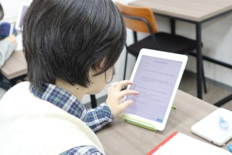 タブレットには個々の生徒の理解度に合わせた問題が表示される