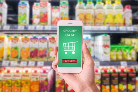 ネットスーパーなど食品Eコマースが拡大。自動倉庫などの効率化軸の他に必要な視点が、生協モデルにはあるという(写真/Shutterstock)