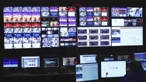 OBS中継センターの放送設備とその作業の様子(画像はアリクラウドニュースリリースより)