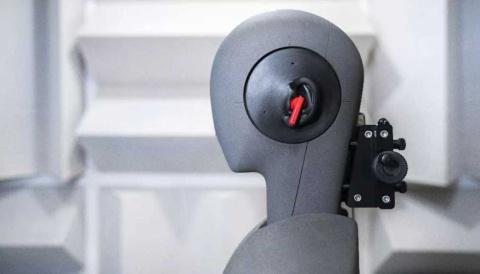 消音室内でのテストに使用する録音可能なマネキンの様子(画像はファーウェイのニュースリリースより)