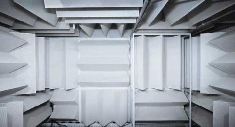楔形の音声吸収材で覆われたファーウェイの消音室内部の様子(画像はファーウェイのニュースリリースより)