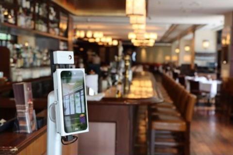 「ウルフギャング・ステーキハウス」「添好運(ティム・ホー・ワン)」などのレストランを運営するWDI JAPANが導入している「SenseThunder-Mini」。写真はウルフギャング・ステーキハウスの「六本木店」での設置風景(写真提供/WDI JAPAN)