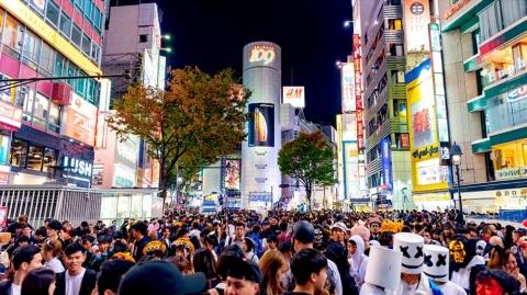 ハロウィーンの聖地化していた渋谷。この光景は当面見られなくなる(写真は18年の渋谷の様子。写真/Shutterstock)